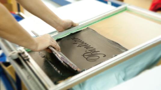 シルクスクリーンの印刷作業